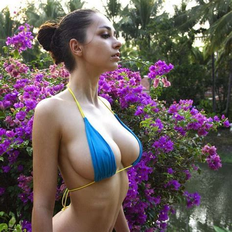 Busty Girls Don't Hide Their Hot Cleavages (39 Photos + 4